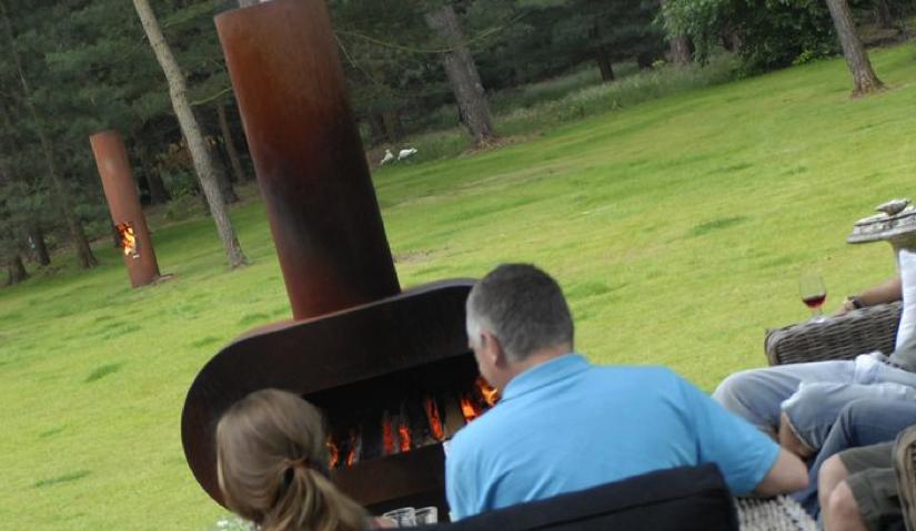 Un jardin des 4 saisons avec la cheminée d'extérieur